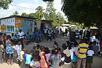 140403_people_gathering_to_see_the_