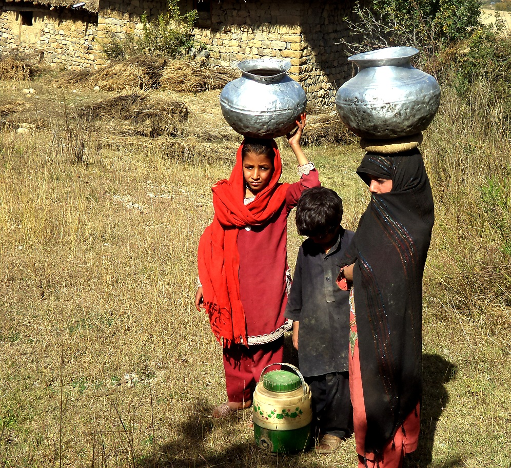 20161126_af_children_carrying_water